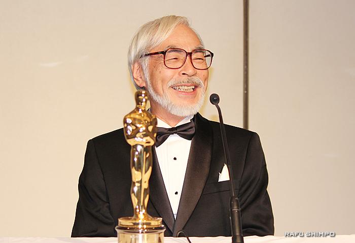 授賞式の後、アカデミー賞を受賞した感想を話す宮崎駿監督