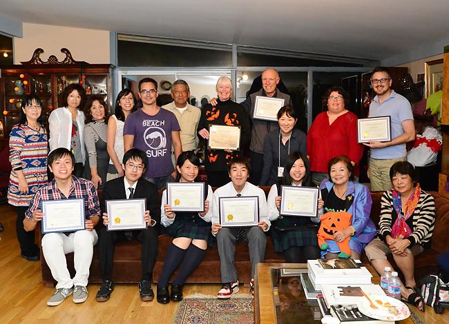 ホストファミリーとのお別れパーティー。前列左から2人目から教師の板橋さん、佐藤さん、宮崎さん、笹森さんと、阿岸さん