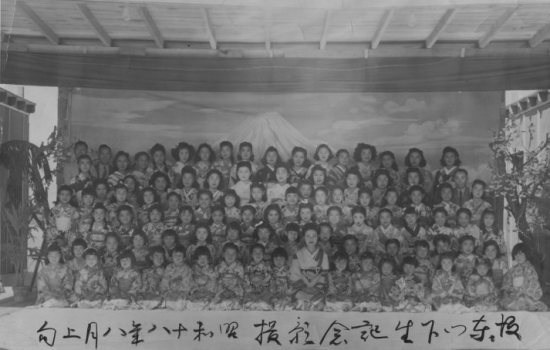Bando Mitsusa with more than 140 of her students at Tule Lake in 1943. (jcalegacy.com)