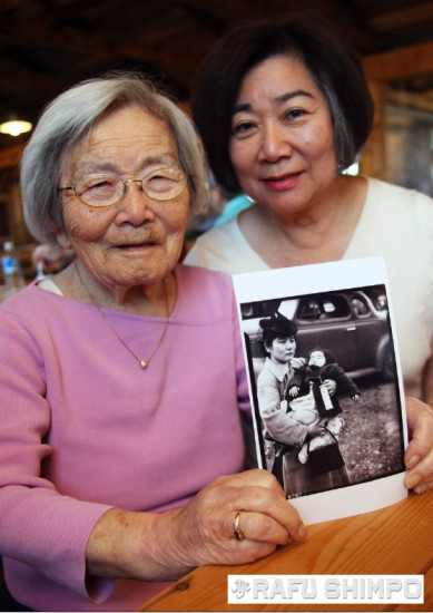 Fumiko Hayashida and her daughter Natalie returned to Manzanar to participate in a special program in April 2011. (MARIO G. REYES/Rafu Shimpo)