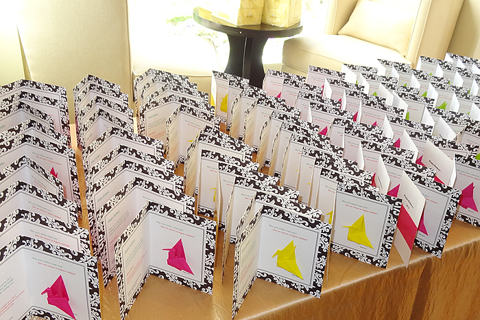 従業員全員に配る手作りのクリスマスカード。すべてに自ら折ったおり鶴が添えられている(インターコンチネンタルホテル提供)