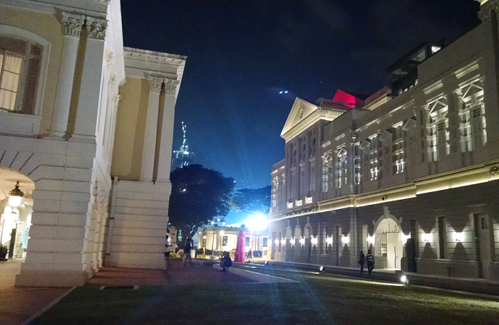 作家祭の映画シリーズが開催されたアートハウス(右)。英国領時代は議事堂として使われていた建物。左はビクトリア劇場