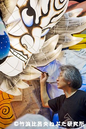 ねぶたの制作で、色を塗る竹浪比呂央さん