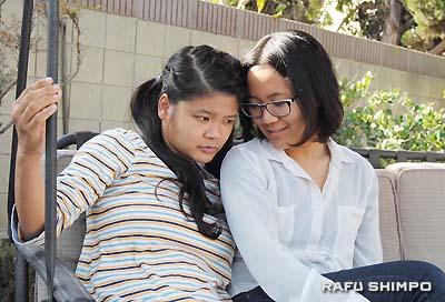 自宅の裏庭でくつろぐエレジーノ・翔子さん(右)と妹の有希子さん。翔子さんは、音楽療法により有希子さんの表情が豊かになり、意思表示ができるようになったことに感動。現在音楽療法士を目指し勉強に励む