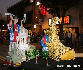 岡本雅夫さんが制作した「しゃちほこ」(右)とロサンゼルスの風景