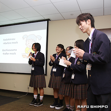 プレゼンテーションを行う向陽高校の男女5人の生徒