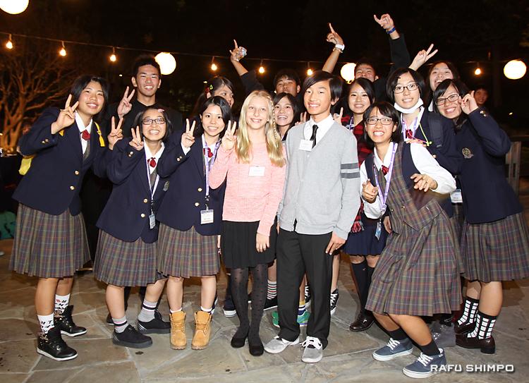 沖縄から来米した生徒と集合写真に収まるサシャ・ホーランドさん(前列左から4人目)