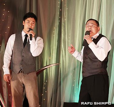 司会生活50周年のタック西さんに捧げるディエットで「あずさ2号」を歌う金田やすさん(左)と村田真二さん