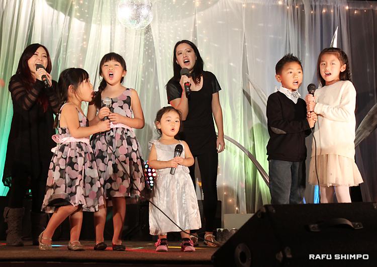 ディズニーアニメ「アナと雪の女王」のテーマソングを元気いっぱいに合唱する子供たち