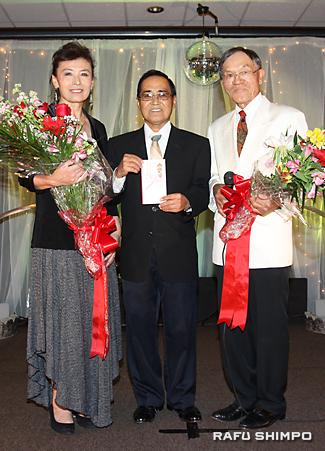 南加県人会協議会への寄付金の贈呈式。左から新原さん、当銘貞夫・県人会協議会会長、西さん