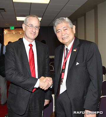 USCのデイビス学舎のピンチャス・コーエン学部長(左)と握手する山野正義氏