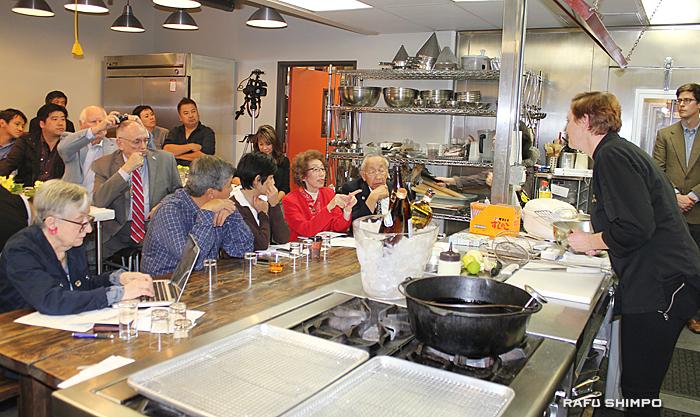 調理実演ではトンプソン講師に食材の使い方について質問する参加者の姿があった