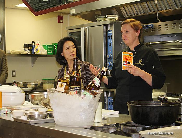 食材の調理方法について説明するトンプソン講師(右)