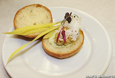 牡蠣のフライバーガー。日本の大根をピクルスにしたものを付け合わせにのせ、和と洋を融合させた