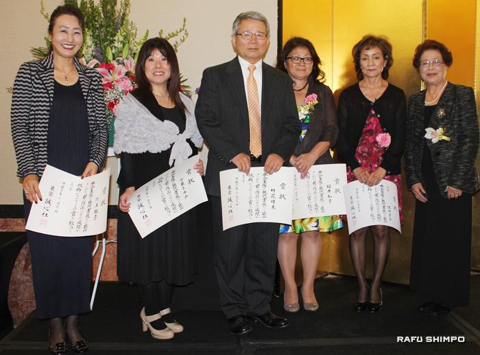 誠心社賞の入賞、入選者と生田会長(右端)