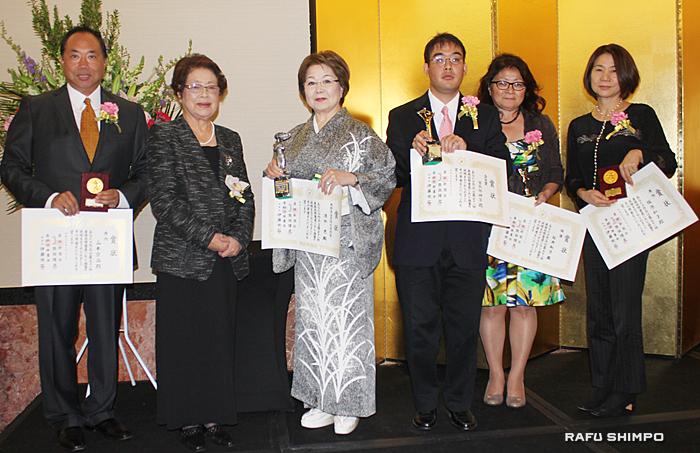 産経国際書展の入賞者と生田会長(左から2人目)