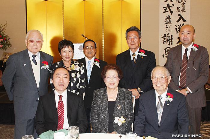 来賓として出席した日系コミュニティーの代表者と記念撮影に納まる生田会長(前列中央)