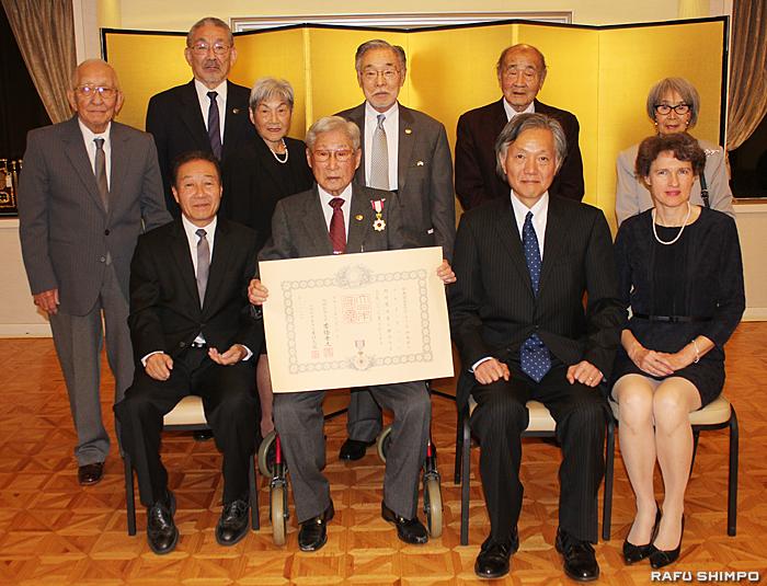 伝達式に出席したターミナル島民会のメンバーらと記念撮影に納まる巽氏(前列左から2人目)