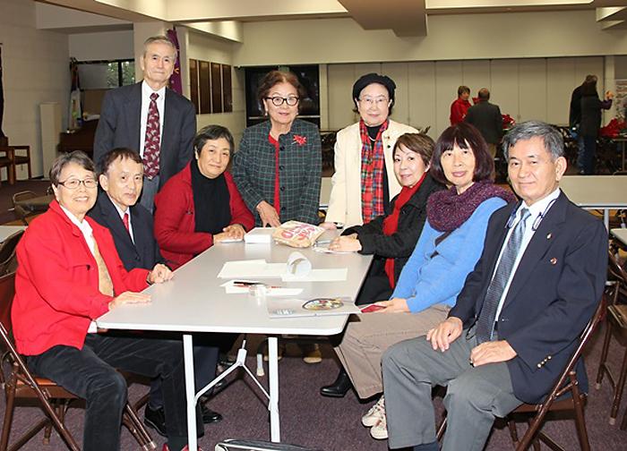 命の電話友の会のメンバー。右端が半田俊夫会長