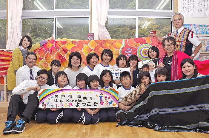 アメリカの子どもたちからのメッセージが書かれた鯉のぼりと鮫川村青生野小学校の子どもたち。最後列右端が宍戸さん