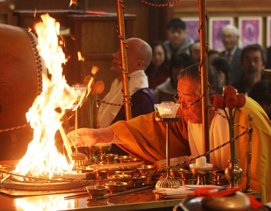 Koyasan Bishop Emeritus Taisen Miyata performs the hatsu-goma ritual.