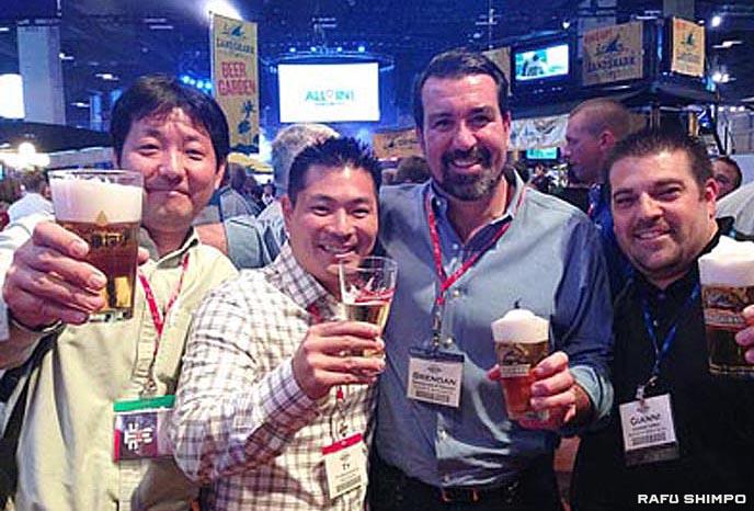 提携するアンハイザー・ブッシュ社主催のビールコンベンションに参加し商品を紹介した山田社長(左端)=13年11月、ミズーリ州セントルイス (キリン・ブルワリー・オブ・アメリカ社提供)