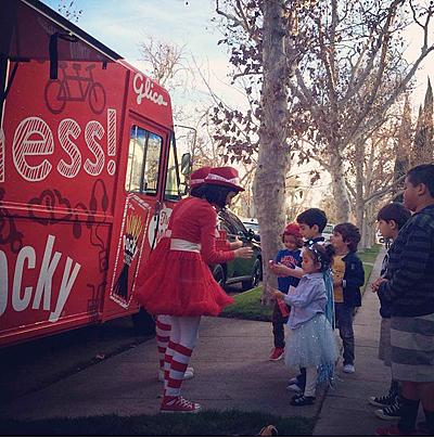 可愛らしい衣装を着た女の子たちが、赤色のトラックに乗って加州各地を回り、ポッキーを配るサンプリング活動をしている(米国江崎グリコ社提供)
