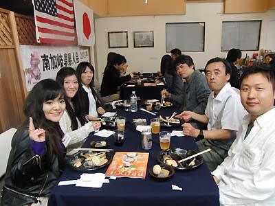 バフェスタイルの食事を楽しむ会員