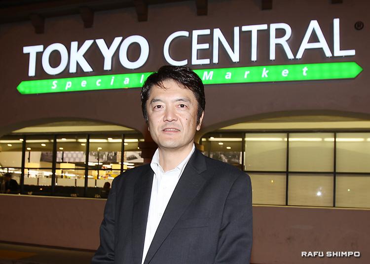 「トウキョウ・セントラル」1号店の前に立つ関口憲司社長