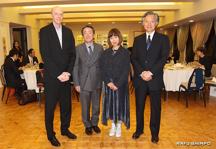 堀之内秀久総領事(右端)からレセプションに招かれ激励を受けた、左からキム・マーティンデールさん、渡邊和泉さん、奥山民枝さん