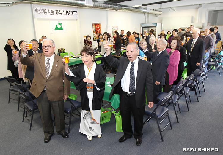 ねぶた祭の成功を祈り、新年の祝杯を挙げる参加者。手前右から豊島顧問、奈良会長と岡本さん