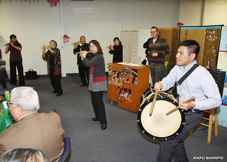 豊田房子さん(中央)ら囃子のメンバーの演奏