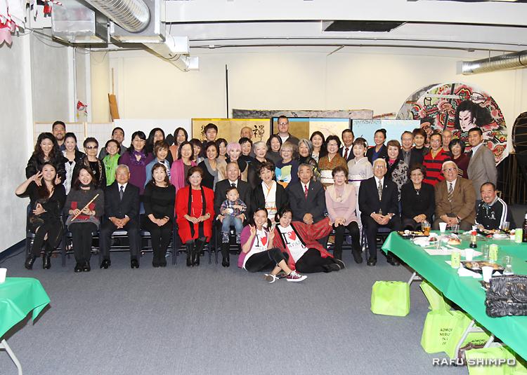県人会館で初めての新年を祝った青森県人会のメンバー
