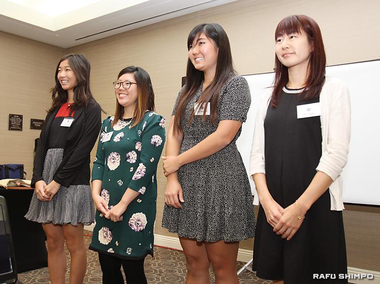 参加者から温かい拍手を受け、笑顔の受賞者4人