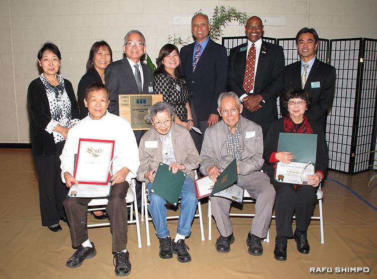 功労表彰を受ける(前列左から)佐藤さん、スギモト夫妻、シロタさん。後列左から3人目がコマイ会長