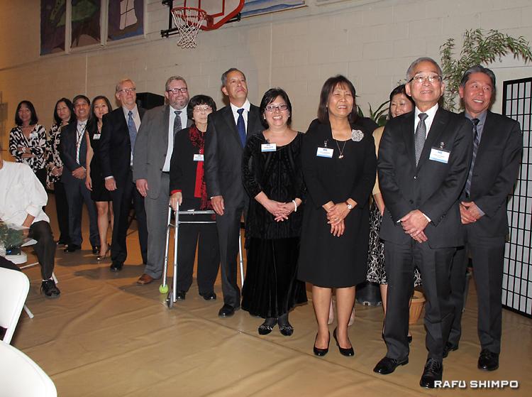 就任式に臨むコマイ会長(右端)ら今年度の新役員