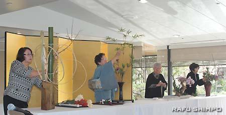 琴の演奏に合わせ花を生ける華道奏。左から草月流の武市さん、池坊の小川さん、松風流の実藤さん、小原流の成石さん