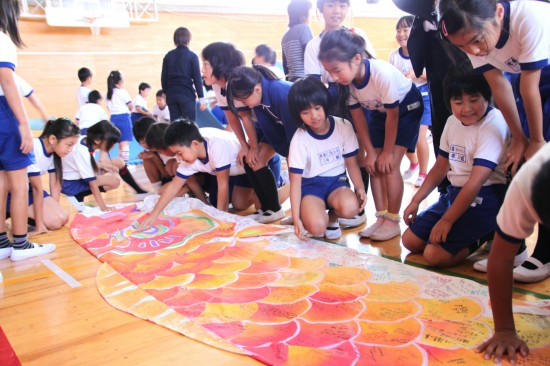 Students of Minami Soma Kashima Elementary School reading the messages from American students.