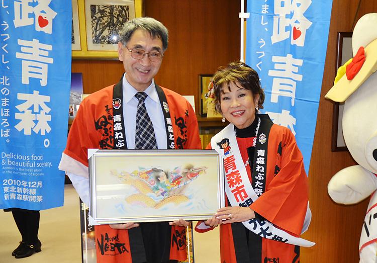 鹿内博・青森市長(左)から観光大使に任命された奈良佳緒里さん