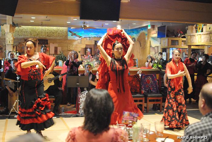 "Performing ""Fandangos de Huelva"" are (from left) Corina Del Sol, Mikaela Kai, and Jani Quintero. (RYOKO NAKAMURA/Rafu Shimpo)"