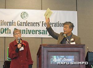 川柳にみる南加庭園業の歴史について講演する関さん。左は通訳を務めたジュディー夫人