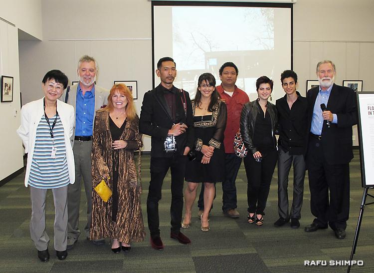 共同でスナップ写真展を催す両カレッジの生徒と講師ら。左端が高須所長
