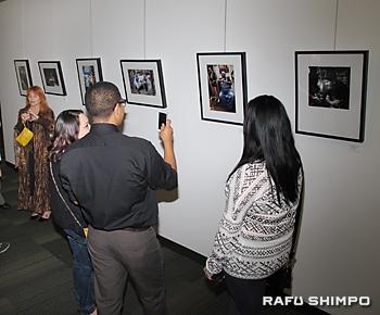自分や友人の作品を写真に納める生徒が多く見られた