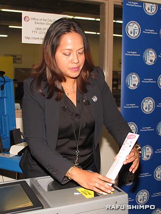 インクマーカー式の投票用紙は、候補者を選んだ後、読み取り機に挿入する