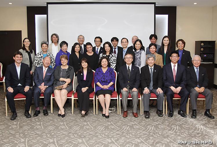 訪日に意欲を示す、日系人リーダー招聘プログラムのメンバーら。前列中央がヒラノ団長、右隣がJBA三宅英夫会長