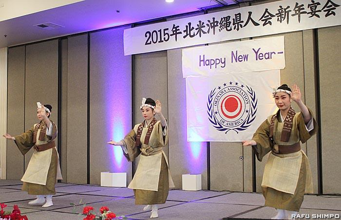 琉球舞踊「鳩間流し」を披露した芸能部のメンバー
