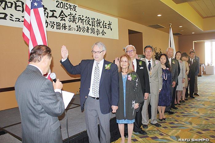 ジョージ・ナカノ元加州下院議員(左端)の司式により宣誓する役員たち