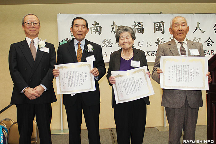 福岡県の小川洋知事から高齢者祝状を送られた(右から)野田さん、柳瀬さん、大谷さん(松江さんの代理)の3人と宗会長