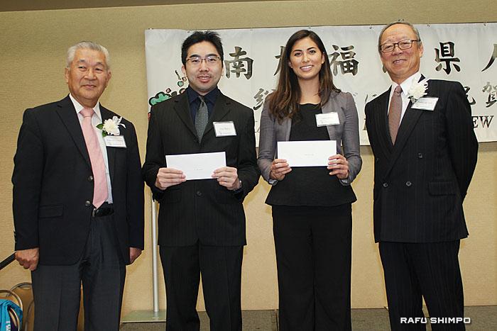 田島喜八郎奨学金部長から奨学金を受け取ったエリック・マツイさん、エミリー・プリビーさんと宗会長(左から)
