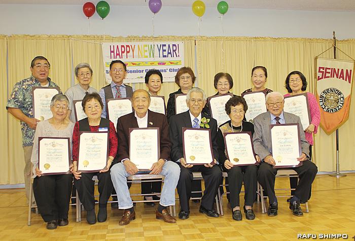 渡辺新会長から西南アワードが手渡されたメンバー。8年会長を務め今年退任した柴さん(中央)にも贈られた